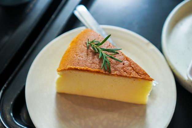 하얀 접시에 일본 치즈 케이크