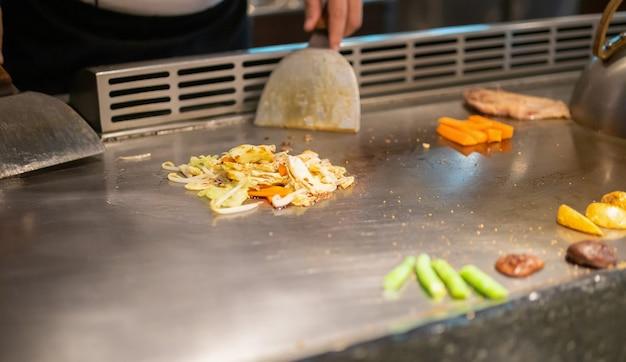 鉄板焼きレストランで肉料理をする日本人シェフ