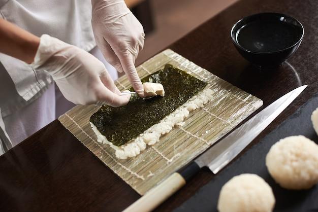 レストランで寿司を作る日本人シェフ。