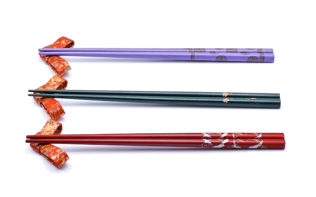 Японские палочки для еды, изолированные на белом фоне