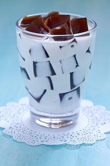 Японский кофейный желейный десерт со сладкими сливками