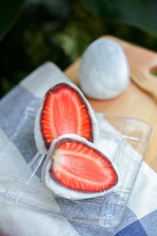 일본식 과자 ichigo strawberry daifuku, 신선한 딸기와 팥을 넣은 작은 둥근 찹쌀 디저트.