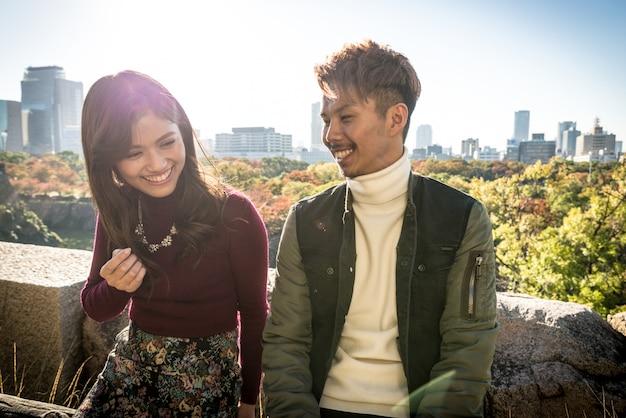오사카에서 데이트하는 연인들의 일본인 커플