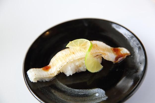 Японская кухня энкава (палтус) суши