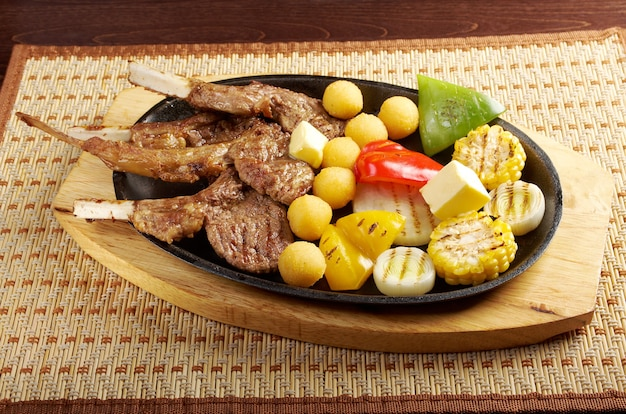 일본 요리. 접시에 일본 갈비. 갈비에 고기 양고기
