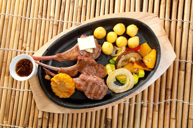 日本料理プレート上の日本のスペアリブ
