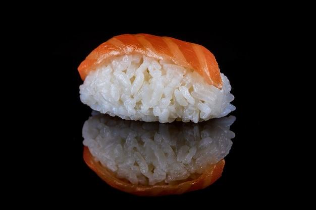 黒いテーブルに日本料理シーフードサーモン巻き寿司