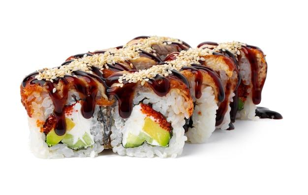 흰색 배경에 일본 요리 스시 롤