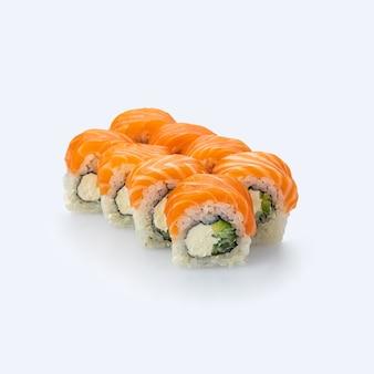 Японская кухня. суши-ролл с лососем на белом фоне.