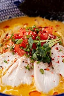 Японский карри, куриный рамэн с помидорами