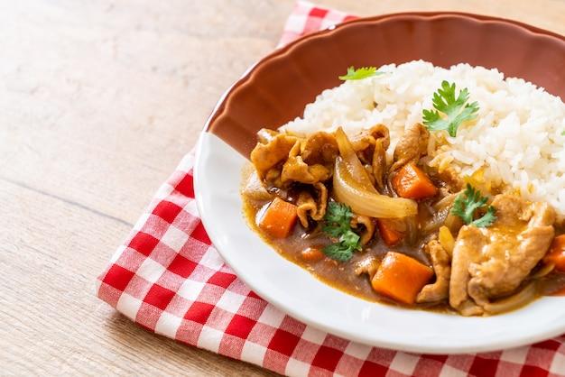 豚肉、にんじん、玉ねぎをスライスしたカレーライス-アジアンスタイル