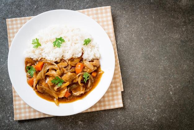 얇게 썬 돼지고기, 당근, 양파를 곁들인 일본식 카레라이스 - 아시아 스타일