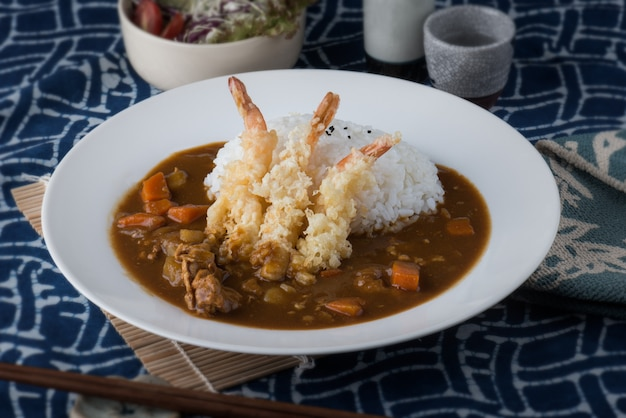 Японское карри с жареными креветками на рисе.