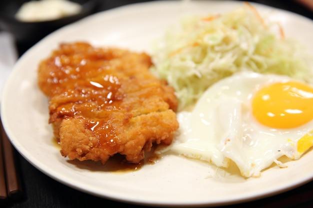계란과 소스를 곁들인 일본식 돼지고기 튀김