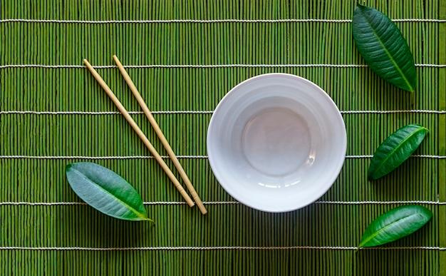緑の葉と日本の夕食のテーブル