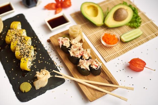 와사비와 절인 생강을 곁들인 일식.