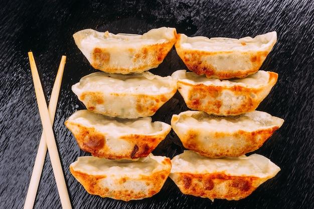 中国の餃子や餃子と呼ばれる日本の餃子のおやつや料理