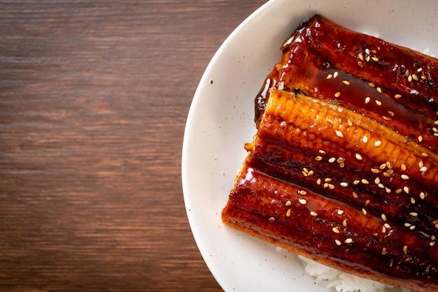 Японский угорь на гриле с рисом или унаги дон. японский стиль еды