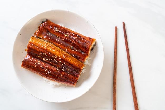 Японский угорь на гриле с рисовой чашей или унаги дон - стиль японской кухни