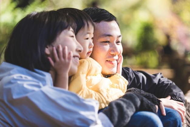 Японская семья в парке