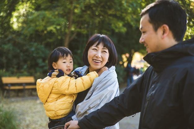 公園で日本の家族
