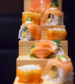 Японское рыбное меню, суши с лососем и ассортимент сашими в японском ресторане