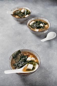 Alimento giapponese nella disposizione delle ciotole
