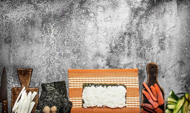 日本食。新鮮なシーフードを使った伝統的なロールパンの調理。素朴な背景に。