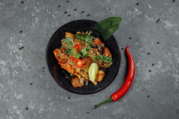 일본 음식: 닭고기와 야채를 곁들인 유리 국수.