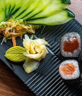 Японская кухня, хосомаки с салатом из огурцов и хреном
