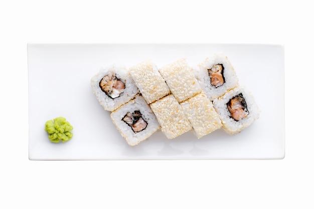Доставка из ресторана японской кухни, набор суши. суши роллы калифорнийские креветки, рыба и сыр изолированы. вид сверху
