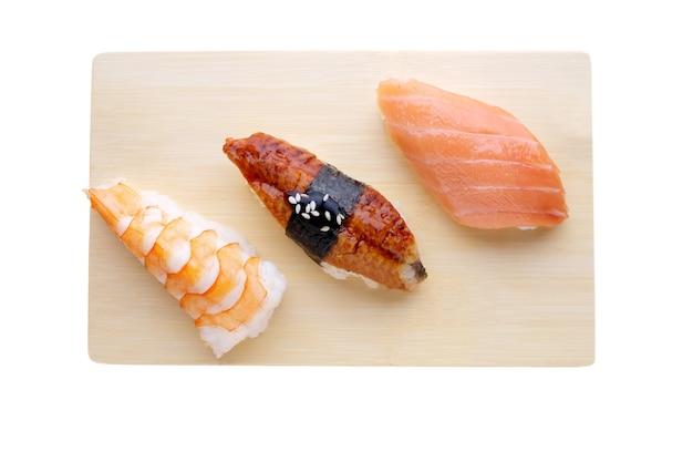 Доставка из ресторана японской кухни, набор суши. суши с лососем, креветками, тунцом на деревянной доске. вид сверху