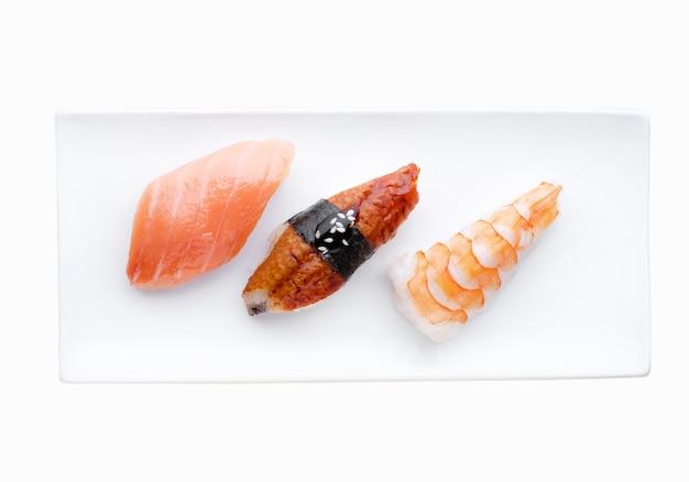 Доставка из ресторана японской кухни, набор суши. суши с лососем, креветками, тунцом. вид сверху