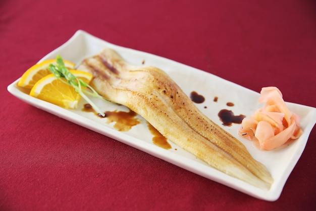 Японская еда рис с угрем (унаги) суши с угрем