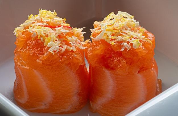 Японская кухня, лосось дио, подается с цедрой сицилийского лимона.