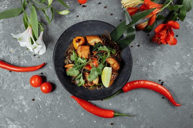 日本食:鶏肉と野菜のそば