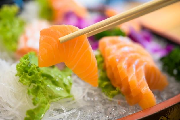 Японская кухня в стиле лосося сашими, сырая нарезанная рыба