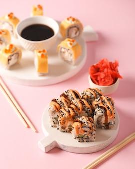 日本食。寿司とロール。ロールからセットします。アジア料理の美しい料理