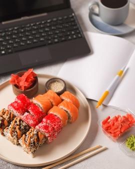 Японская еда. суши и роллы. наборы из рулона. прекрасная сервировка азиатской кухни