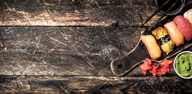 오래 된 나무 배경에 와사비와 신선한 해산물의 일본 음식 스시