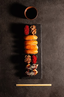 日本食、黒い皿に寿司、上面図