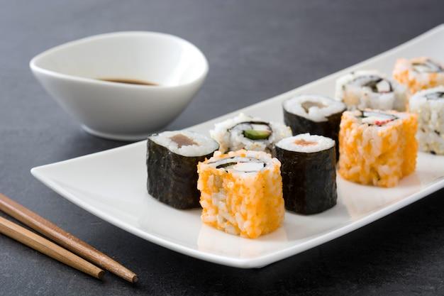 醤油と黒いスレートに箸で和食寿司