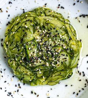 Японская еда. кисло-сладкий салат из огурцов с кунжутом.