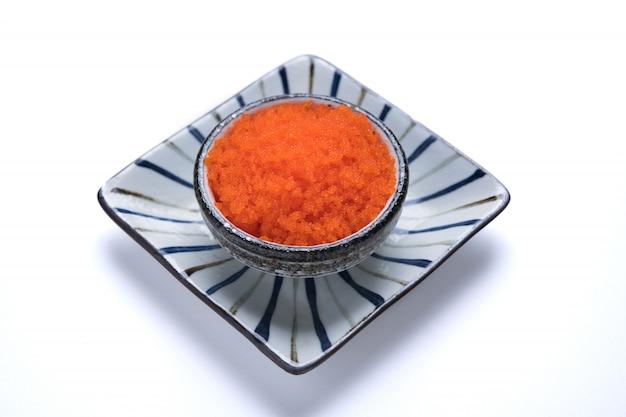 흰색 배경에 고립 된 일본 음식 토비 코 스시 저녁 식사