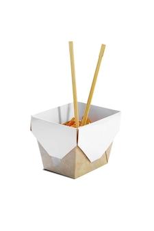 Японская еда, лапша вок удон с мясом и овощами в открытой коробке, изолированной на твердом фоне.