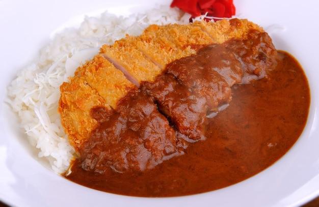일본식 튀긴 돼지고기와 카레라이스, 실내 조명..