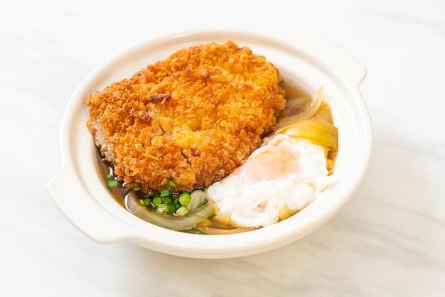 オニオンスープと卵を添えた日本の揚げ豚カツ丼-アジア料理スタイル