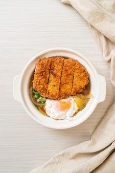 Японская жареная котлета из свинины (кацудон) с луковым супом и яйцом - азиатская кухня