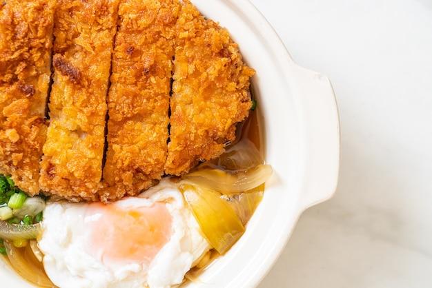 양파 스프와 계란을 곁들인 일본식 돈까스 (가쓰 동)