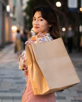 コピースペースを持つ東京の日本人の女の子